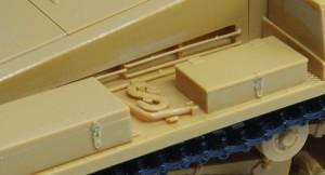 2号戦車F型 雑具箱の留め具はエッチングとプラのハイブリッド