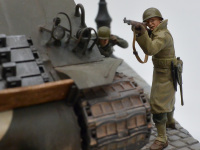 戦車を盾に銃撃戦をする兵士です。