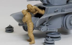 ソ連戦車兵・脱出 操縦手を助け出す戦車兵