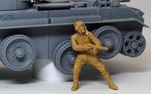 ソ連戦車兵・脱出 先に出て援護射撃をする兵士