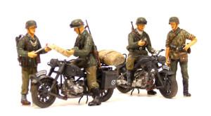 バイクライダーとからむ親衛隊兵士と野戦憲兵