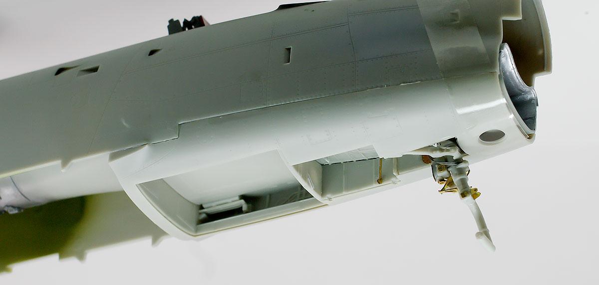 前脚の組み立てと機体下面パネルの取り付け