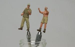 8.8cm対空砲Flak18砲兵セット 足に埋めた真鍮線をピンバイスでつかむ