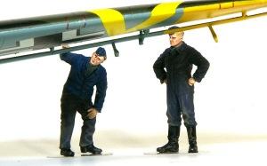 ドイツ・空軍クルーセット 翼の下の整備兵