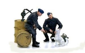 ドイツ空軍クルーセット 犬とさぼっている整備兵