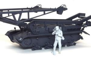 ドイツ・作業服姿の二等兵 架橋戦車の前に置いてみる