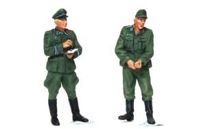 ドラム缶を積むドイツ兵 監督の士官とロープを引く兵士