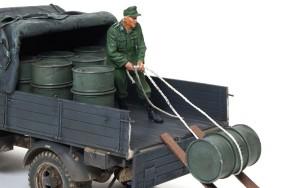 ドラム缶を積むドイツ兵 ロープを引く兵士を配置