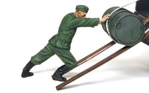 ドラム缶を積むドイツ兵 押す兵士を配置