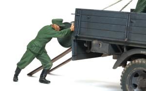 ドラム缶を積むドイツ兵 支える兵士を配置