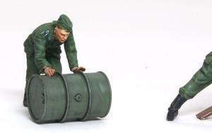 ドラム缶を積むドイツ兵 転がす兵士