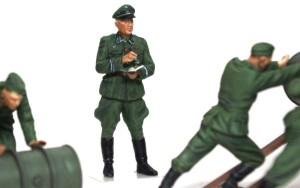 ドラム缶を積むドイツ兵 監督の士官