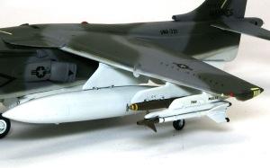 AV-8Bハリアー2 武装の取り付け
