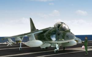 強襲揚陸艦上のAV-8Bハリアー2