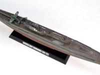 海に潜る潜水艦は通常の艦船と材質が違うのでしょうか、甲板の色が黒っぽいですね。
