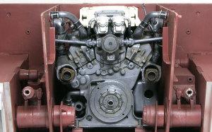 ケーニヒスティーガー・ヘンシェル砲塔 エンジンを機関室に据え付ける