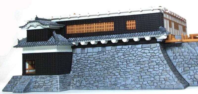 大天守1階の外壁の塗装と組み立て