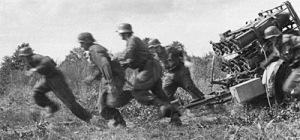 準備完了後、走って離れる砲兵たち