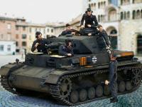 いつものインチキ合成写真です。ドラゴンの戦車兵セットを乗せてみました。ジャーマングレーの戦車には黒服の戦車兵がよく似合います。