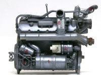 エンジンの左側。1:オイルクーラー、2:発電機、3:燃料ポンプ、4:オイル・フィルター、5:冷却水パイプ、6:排気管冷却用ダクト、7:排気管