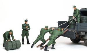 オペルブリッツとドラム缶を積む兵士たち