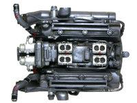 エンジン上側。1:キャブレター、2:冷却水パイプ、3:プラグコード