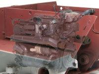 エンジンを隔壁内部に設置。