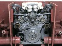 機関室内におかれたエンジンです。まだこの周囲にたくさんのパイプが這いずりまわります。
