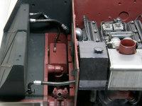 機関室内の燃料パイプの取り回しです。ほとんど全ての燃料パイプが再現されているのですが、下の燃料タンク(赤色)に接続する太い方のパイプだけが省略されています。