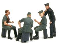 楽しそうにカードゲームをする3人を隣のパンツァージャケットを着た戦車兵が覗きに来ています。