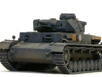 正面から見た4号戦車F1型です。エアブラシのグラデーションと油彩の描き込みで表現された土汚れです。手間がかかっています。