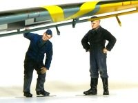 主翼の点検をしている整備兵です。青い色の服は空軍の制服。グレーのつなぎは整備兵の作業服です。ICMのフィギュアはモールドがはっきりしているので、1/48でも塗りやすいですね。