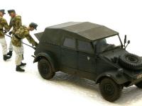 寒冷期ということで幌はかぶせてあります。さすがにオープントップではつらいでしょうね。作業中の戦車兵は3名とも冬装束です。