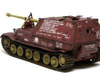 最後のフェルディナンドには工員達が思い思いに落書きをしています。何て書いてあるかはドイツ語なので判りませんが、この戦車に対するポルシェ社の社員達の思いが伝わってきそうです。