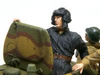 戦車長です。狭いT-34/76の砲塔に納めるためにポーズを変更してあります。そのため左腕はパテで作りました。