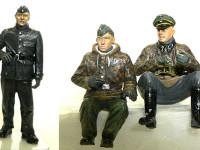 学生服のような黒服を着ているのは戦車兵です。防寒対策でUボート用の皮の制服を着ています。 座っているのはシュビムワーゲンのドライバーと彼の上司の指揮官です。ドライバー君はかなり若く、まだ10代と見受けられます。一番下のパシリですね。アッシー君(死語)です。そしてその右は彼の上司の指揮官のおじさんです。貫禄があります。本当はうつむき加減なのですが、顔が映らないのですこしのけぞってもらいました。