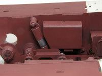 シャーシ後部左側です。ショックアブソーバーの位置や角度の違いから燃料タンクの形が左右で異なります。