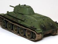 T-34のエンジンはディーゼルエンジンなので、排気ガスは真っ黒だったと思います。T-34を作る時はいつも排気管の周囲を真っ黒に汚します。