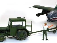 飛行機を牽引するトラクターです。飛行機の車軸の高さに合わせて、車高をかえることが出来ます。