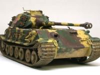最初は砲塔を前に積んだV型が設計されたのですが、重量配分の悪さから、砲塔を後ろに積んだH型が設計しなおされました。