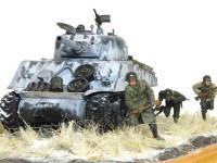 シャーマン戦車に非常にカッコイイポーズの歩兵フィギュアが3体付属しています。実は戦車兵もこのジオラマ専用に新たに付けられています。