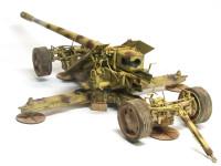ここまで砲が巨大になるとリンバー(台車)からの積み降ろしが大変になるので、砲架に車輪が直接付けられています。