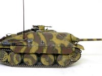 横から見たヘッツァー駆逐戦車です。大きな転輪は左右で8つしかありません。低いシルエットに傾斜装甲がカッコいいですね。