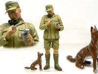 缶詰を食べているアフリカ軍団兵士です。どこからか迷い込んだ砂漠の犬(?)が欲しそうに見ていますね。この慣れ具合は飼い犬でしょうね。ゴーグルのレンズは木工ボンドです。うまく透明になりました。
