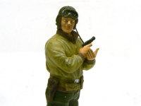 拳銃を抜いて警戒しているアメリカ戦車兵です。ゴーグルのレンズはボンドウルトラ多用途SUを流し込んでつくりました。アップで見るとレンズらしくみえますね。十分な透明度です。肘のあたりの油汚れは戦車兵ならでは・・・単に汚しちゃっただけですけどね(+_+)\バキッ!