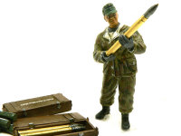 砲弾を手渡す兵士です。足下の砲弾はマーダー2に付属してきたものです。このキットには88mm砲弾が付属してきたのですが、搭乗予定のマーダー2に合わせて75mm砲弾に変更しています。