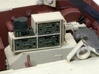 無線機はトランスミッションのカバーの上のラックに収められます。電源やアンテナ、そしてヘッドセットのコードなどが複数繋がるはずですが、キットでは全部省略されています。残念!!