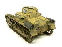 斜め後ろから見た1号戦車A初期型です。排気管カバーやエンジン後部のメッシュはエッチングパーツ(標準添付)です。牽引フックの留め金具に付く鎖は以前のキット(B型)にはエッチングパーツで入っていたので、付けて欲しかったですね。
