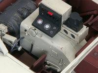 運転席です。メーターパネルの上はヒューズボックスです。上の赤いパーツは照明か警告灯かと思うのですが、資料が白黒だったので、塗装色は相当怪しいです(汗)。