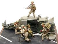 物陰から飛び出すザク・ハンターたち。機関銃手の支援の元、隊長の指示で一斉に移動します。